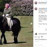 Foto Langka Ratu Elizabeth II Berkuda di Tengah Masa