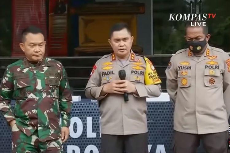 Kapolda Metro Jaya Irjen Pol Fadil Imran (kanan) dan Pangdam Jaya Mayjend TNI Dudung Abdurachman (kiri) saat konferensi pers terkait penyerangan simpatisan pemimpin FPI Rizieq Shihab terhadap polisi. Konferensi pers digelar di Markas Polda Metro Jaya, Senin (7/12/2020).