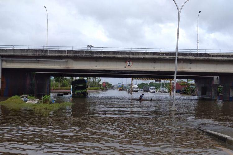 Banjir bawah jembatan Kaligawe Semarang, Rabu (10/2/2021)