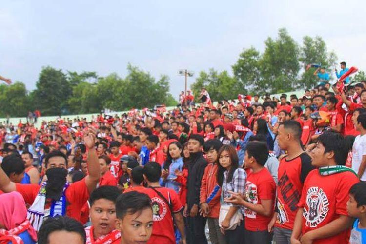 Suporter Persibangga, Braling Mania, saat mendukung tim kebanggan di Stadion Gelora Goentoer Darjono.