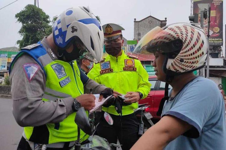 Kasatlantas Polres Bogor AKP Fadli Amri melakukan penyekatan mudik di sejumlah titik check point di Kabupaten Bogor, Jawa Barat, Jumat (24/4/2020).