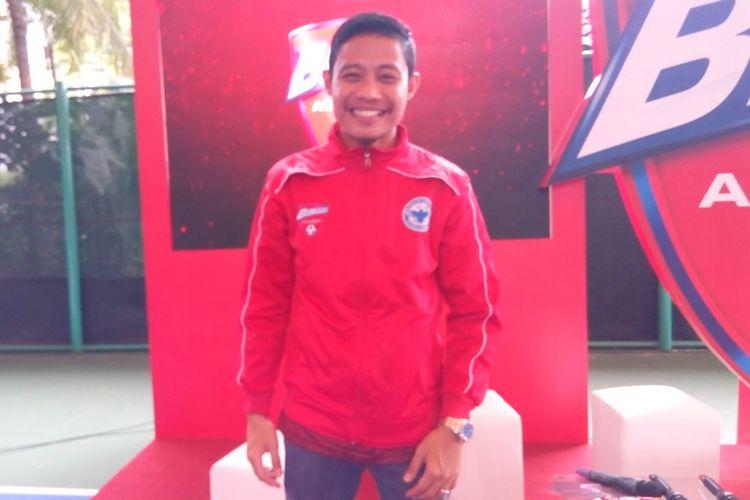 Pesepak bola timnas Indonesia Evan Dimas sebelum memberikan coaching clinic pada pada babak final Biskuat Academy 2019 mulai Sabtu (11/1/2020) sampai dengan Minggu (12/1/2020) tersebut di Stadion Sepak Bola GOR Sumantri Brodjonegoro, Jakarta.  Dua kategori pesepak bola usia muda pada perhelatan itu adalah U-10 dan U-12.