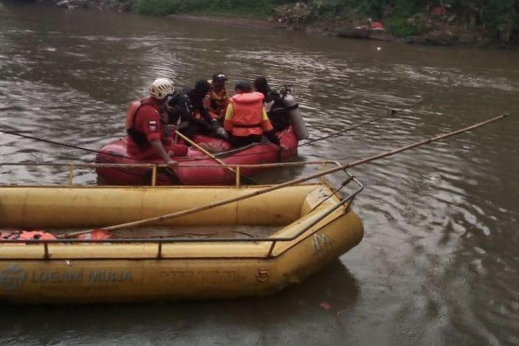 Tim SAR gabungan mencari seorang remaja bernama Muhammad Pandu Figiawan (13) tenggelam di Kali Ciliwung, Kampung Sawah, Srengseng Sawah, Jagakarsa, Jakarta Selatan pada Minggu (3/1/2021) sekitar pukul 11.00 WIB.