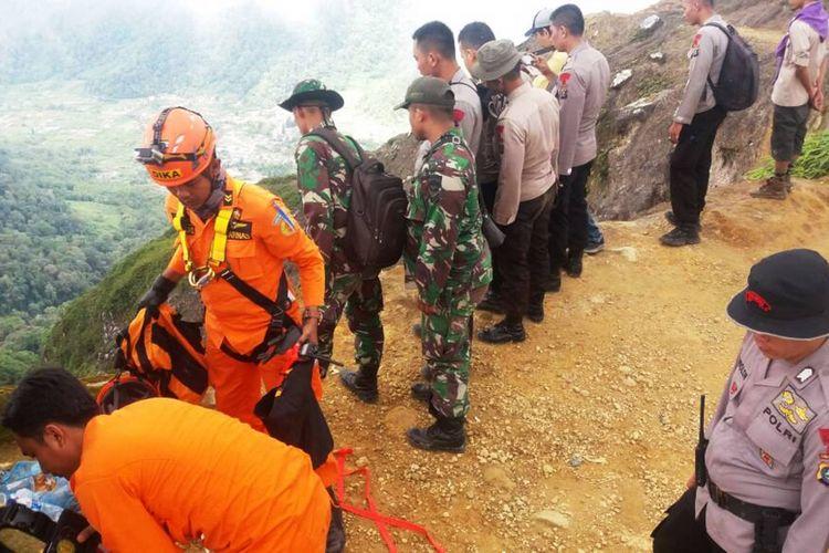 Tim SAR gabungan berhasil menemukan Wolter Klaus (49) warga negara Jerman yang hilang saat mendaki seorang diri ke Gunung Sibayak, Kamis (29/6/2017)