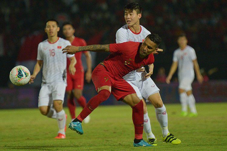 Pesepak bola Timnas Indonesia Alberto Goncalves (depan) berebut bola dengan  pesepak bola Timnas Vietnam Do Duy Manh (kedua kanan) dalam pertandingan Grup G Kualifikasi Piala Dunia 2022 zona Asia di Stadion I Wayan Dipta, Gianyar, Bali, Selasa (15/10/2019). Indonesia kalah dari Vietnam dengan skor 1-3.