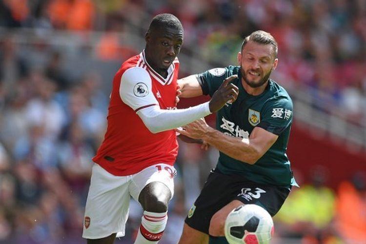 Pemain Arsenal, Nicolas Pepe, berjibaku dengan salah satu pemain Burnley pada pekan kedua Liga Inggris 2019-2020 di Stadion Emirates.