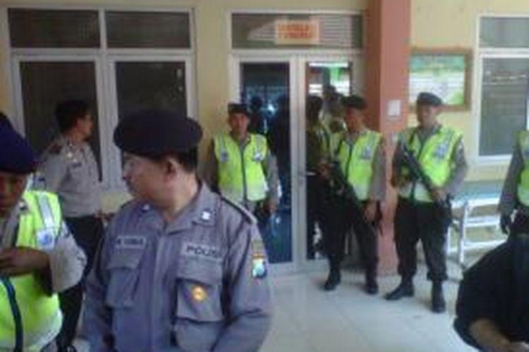 Personel polisi menjaga ketat ruang jenazah RS Bhayangkara, Kota Kediri, Jawa Timur, Senin (22/7/2013). Di ruang itu disimpan dua jenazah yang diduga teroris.