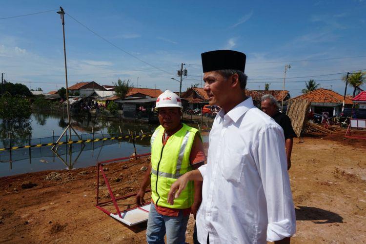 Calon Gubernur Jawa Tengah Ganjar Pranowo meninjau pekerjaan tanggul laut di Pekalongan, Jumat (25/5/2018). Ganjar minta pekerjaan dipercepat agar persoalan rob di Pekalongan cepat tuntas.
