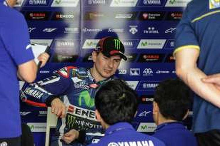 Pebalap Movistar Yamaha asal Spanyol, Jorge Lorenzo, berdiskusi dengan tim di paddock Sirkuit Sepang, Malaysia, pada hari ketiga tes pramusim MotoGP 2016, Rabu (3/2/2016).