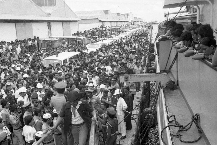 Sambutan : Masyarakat Ujungpundang Rabu (28/1) banyak yang datang ke pelabuhan menyambut datangnya kapal-kapal penolong para korban Tampomas II. Tampak kapal Niaga XXIX ketika sudah merapat dan para penyambut yang kebanyakan adalah dari sanak keluarga penumpang. Sejumlah mobil ambulans tampak pula disiapkan.