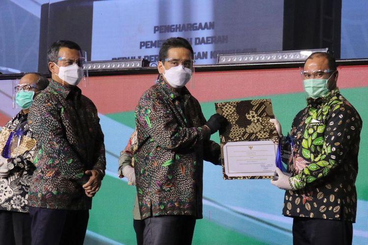 Gubernur Kepulauan Babel Erzaldi Rosman, saat menerima penghargaan Pemda Terbaik Peduli Perlindungan Konsumen dari Mendag Agus Suparmanto, pada acara Puncak Harkonas 2020, di Trans Studio Mall, Cibubur, Jawa Barat, Kamis (12/11/2020).