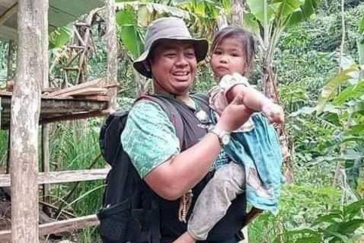 Lia (6) digendong salah satu relawan di tempat tinggal sementara sesaat setelah selamat dari terjangan banjir yang melanda Desa Patikalain, Kecamatan Hantakan, HST, Kalsel beberapa waktu lalu.