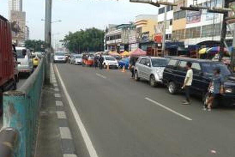 Traffic bottle neck atau penyempitan ruas jalan di arah masuk terowongan Tanah Abang, Jakarta Pusat, Minggu (28/7/2013). Akibatnya, kendaraan yang hendak masuk terowongan dan mengarah ke Cideng terhambat kendaran yang hendak menuju Pasar Tanah Abang