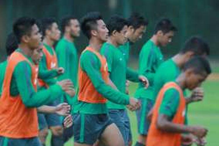 Bayu Pradana (oranye, tengah) menjalani sesi latihan bersama tim nasional Indonesia di Lapangan Sekolah Pelita Harapan, 1 November 2016.h Pelita Harapan, 1 November 2016.