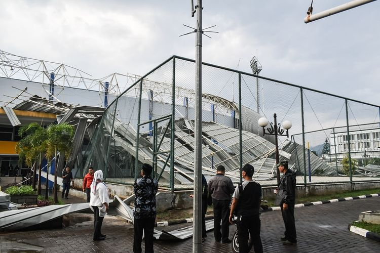 Atap pintu timur sepakbola Sarana Olah Raga (SOR) Arcamanik, Kota Bandung, rubuh tertiup angin, Sabtu (9/11/2019) sore. Rubuhnya atap tribun ini terjadi sekira pukul 14.54 Wib, saat itu hujan disertai angin melanda daerah SOR Arcamanik jalan Pacuan kuda, Sukamiskin, Kecamatan Arcamanik Kota Bandung.