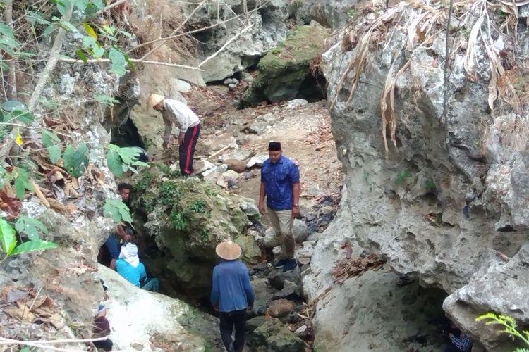 Warga  Dusun Plarung, Desa  Desa Sawahan, Kecamatan Ponjong, Gunungkidul, Yogyakarta,  Membersihkan Sungai dan Sumber Mata Air Untuk Kembali Mendapatkan Air Bersih Kamis (20/9/2018)