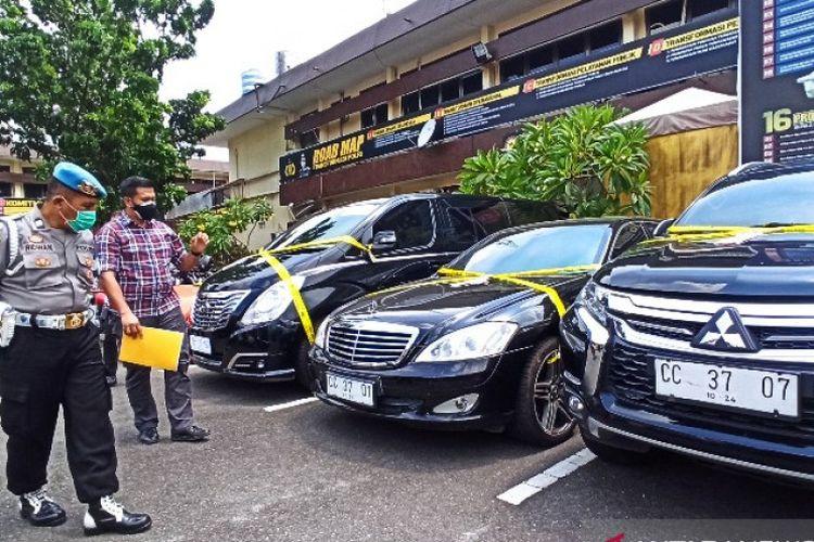 Kasatreskrim Polrestabes Medan Kompol Rafles mengecek keempat mobil yang menggunakan tanda nomor kendaraan bermotor (TNBK) palsu Konsulat Rusia.