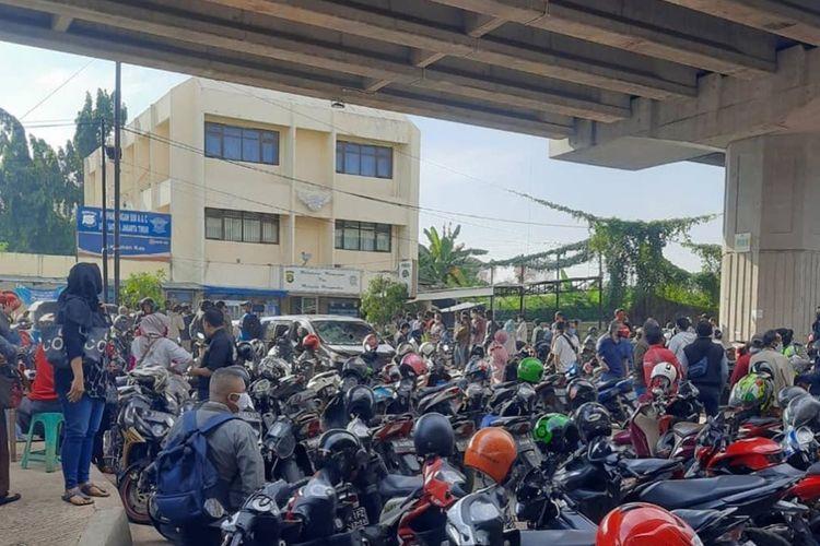 Tangkapan layar foto yang diunggah akun Instagram @jktinfo, Selasa (2/6/2020), menampilkan antrean pengunjung yang hendak memperpanjang Surat Izin Mengemudi (SIM) di kantor Satuan Pelayanan Administrasi (Satpas) Jakarta Timur.