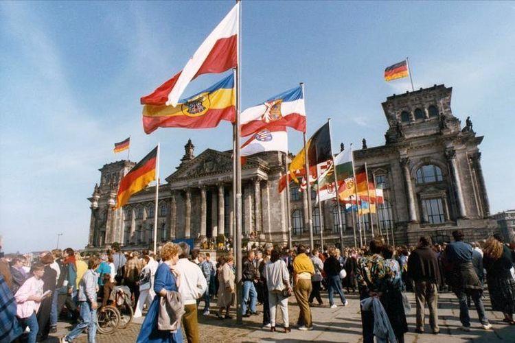 Euforia rakyat Jerman saat peresmian reunifikasi Jerman pada 3 Oktober 1990.