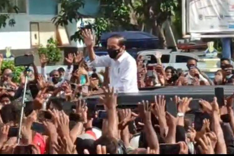 Tangkapan layar video kerumunan warga sambut kedatangan Presiden Joko Widodo di Maumere, NTT, yang beredar di media sosial.