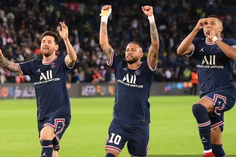 Trio lini depan Paris Saint-Germain Lionel Messi, Neymar, dan Kylian Mbappe melakukan selebrasi dalam laga kedua Grup A Liga Champions antara PSG dan Manchester City, di Stadion Parc des Princes, Paris, pada 28 September 2021.