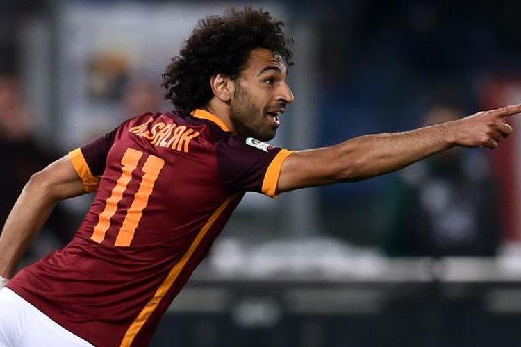 Gelandang AS Roma asal Mesir, Mohamed Salah, melakukan selebrasi setelah mencetak gol ke gawang Bologna pada pertandingan Serie A di Olimpico, Senin (11/4/2016).