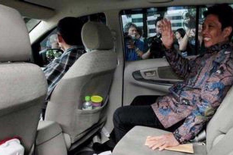 Direktur Utama PT Dutasari Citralaras, Machfud Suroso meninggalkan gedung Komisi Pemberantasan Korupsi, Jakarta (21/2/2013). Ia diperiksa sebagai saksi dalam dugaan korupsi pembangunan pusat olah raga Hambalang dengan tersangka Andi Mallarangeng dan Dedi Kusnidar.