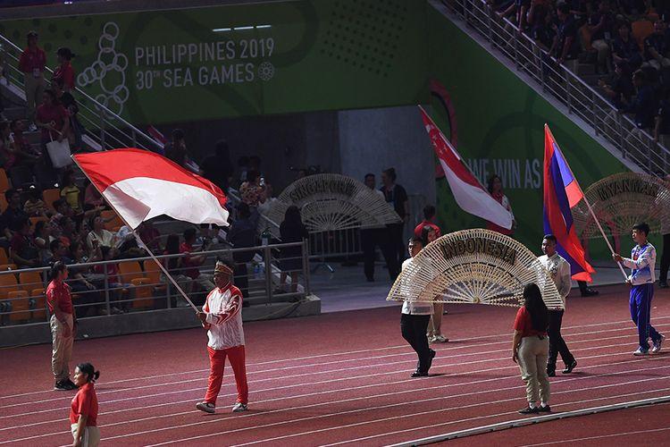 Kontingen Indonesia mengibarkan Bendera Merah Putih dalam parade penutupan SEA Games ke-30 di Stadion Atletik New Clark, Filipina, Rabu (11/12/2019). SEA Games ke-30 di Filipina resmi ditutup dan akan digelar kembali di Vietnam pada 2021.