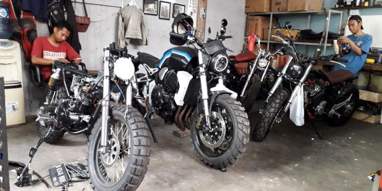 Deretan motor modifikasi yang dikerjakan di bengkel custom Katros Garage di kawasan Bintaro, Tangerang Selatan, Rabu (18/7/2018).