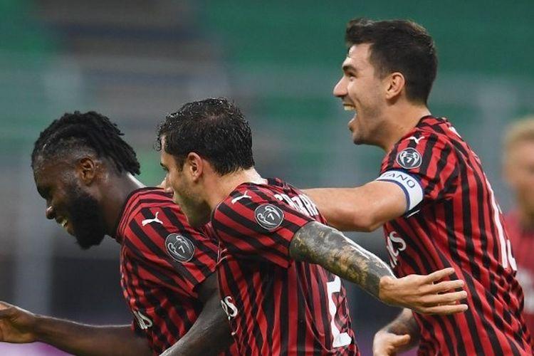 Franck Kessie, Davide Calabria, dan Alessio Romagnoli merayakan gol dalam laga AC Milan vs Parma pada lanjutan pekan ke-33 Liga Italia 2019-2020 yang dlangsungkan di Stadion San Siro, Kamis (16/7/2020) dini hari WIB.