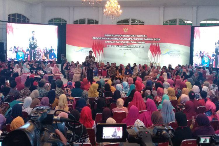 Preside  Jokowi saat menghadiri penyerahan bantuan sosial Program Keluarga Harapan (PKH) di Graha Insan Cita, Bakti Jaya, Sukmajaya, Depok, Jawa Barat, Selasa (12/2/2019).