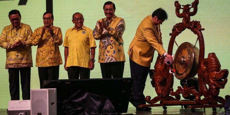 Ketua Umum DPP Partai Golkar, Airlangga Hartarto memukul gong saat pembuka Rapat Pimpinan Nasional (Rapimnas) Partai Golkar di JCC, Senayan, Jakarta, Senin (18/12/2017). Rapimnas tersebut merupakan kelanjutan dari rapat pleno pada Rabu (13/12/2017) yang telah memilih Airlangga Hartarto selaku Ketua Umum Golkar menggantikan Setya Novanto sebagai pengisi jabatan lowong.