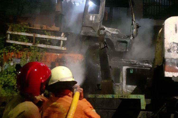 Truk sampah bekas yang terbakar di daerah Cengkareng Jakarta Barat, pada Sabtu (14/11/2020). Truk diduga terbakar sebab sebuah puntung rokok yang masih menyala mengenai ilalang di sekitar truk. Api kemudian menyebar hingga truk sampah tersebut terbakar.