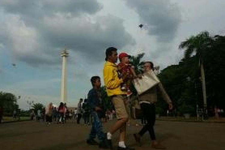 Sejumlah pengunjung menghabiskan waktu libur akhir tahun di Monumen Nasional (Monas), Jakarta Pusat pada Kamis (24/12/2015)
