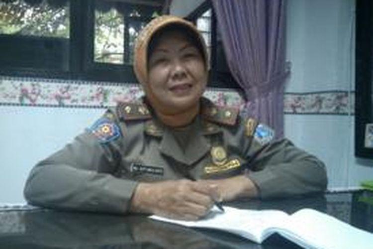 Hj Siti Mulyati (53) merupakan Komandan Satpol PP Kecamatan Koja