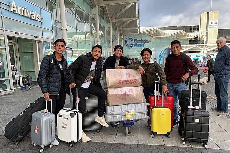 (Dari kiri ke kanan) David Maulana, Brylian Aldama, Bagus Kaffa, Andre Oktaviansyah, dan Fajar Faturrahman saat baru saja tiba di Bandara Birmingham, Inggris, Sabtu (7/12/2019). Kelimanya adalah pemain program Garuda Select I yang kembali diikutsertakan pada program kedua.