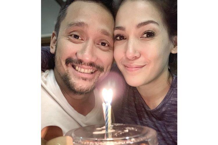 Tora Sudiro dan istrinya Mieke Amalia berpose di hadapan kue ulang tahun berbentuk setoples jengkol balado.