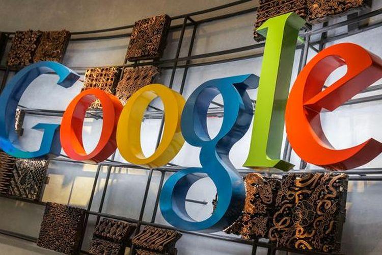 Cetakan-cetakan batik cap aneka pola menghiasi logo Google di kantornya di Indonesia