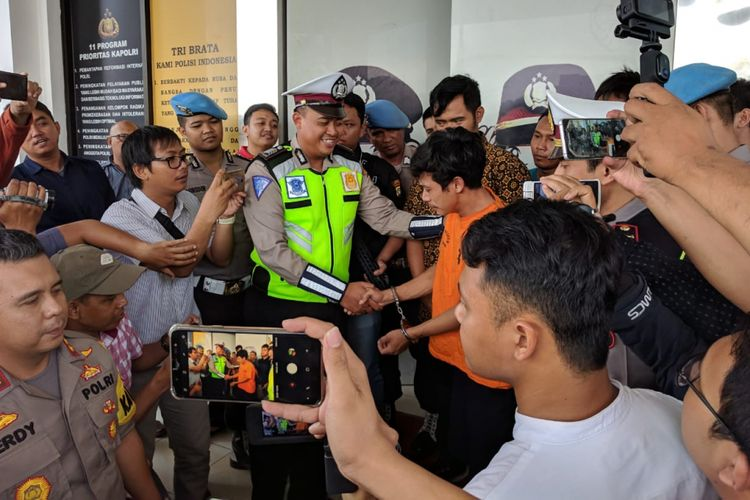 Adi Saputra menangis meminta maaf kepada bripka Oky yang menilangnya di depan Polres Metro Tangerang Selatan, Jumat (8/2/2019)