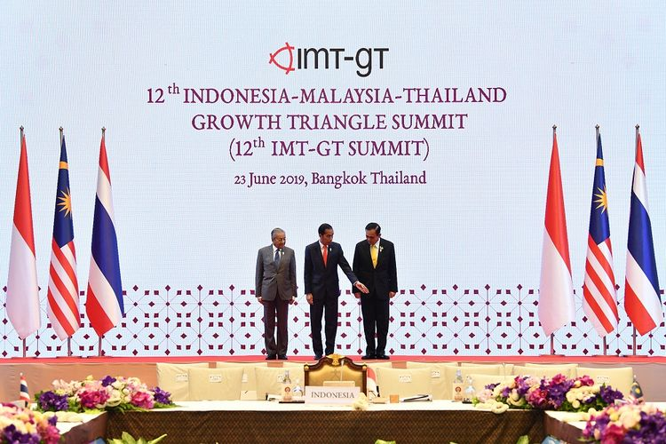 Presiden Joko Widodo (tengah) bersama Perdana Menteri Malaysia Mahathir Mohamad (kiri) dan Perdana Menteri Thailand Prayut Chan O-cha berfoto bersama saat 12th Indonesia-Malaysia-Thailand Growth Triangle Summit  (IMT-GT SUMMIT) disela-sela KTT ASEAN ke-34 di Bangkok, Thailand, Minggu (23/6/2019). ANTARA FOTO/Puspa Perwitasari/foc.