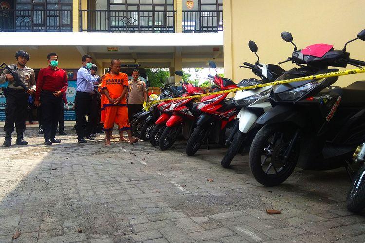Dari maling ayam dan kambing, kedua napi kasus pencurian ayam dan kambing di Magetan ini berhasil menggasak 13 motor dengan membentuk komplotan pencuri spesialis sepeda motor.