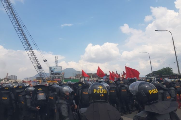 Gabungan buruh, mahasiswa, dan pelajar memaksa menuju pintu Tol Cileunyi. Aksi ini diadang oleh personel gabungan dari TNI dan Polri, Selasa (20/10/2020). AAM AMINULLAH