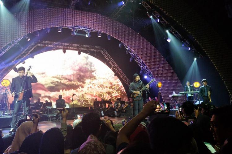 Payung Teduh tampil dalam konser Ayat Ayat Cinta 2 yang berlangsung di Jakarta Convention Center (JCC) Senayan, Jakarta Selatan, Rabu (20/12/2017) malam.