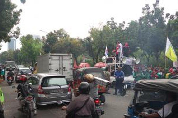 Aksi unjuk rasa massa buruh, di depan Balaikota Jakarta, Kamis (23/10/2014)