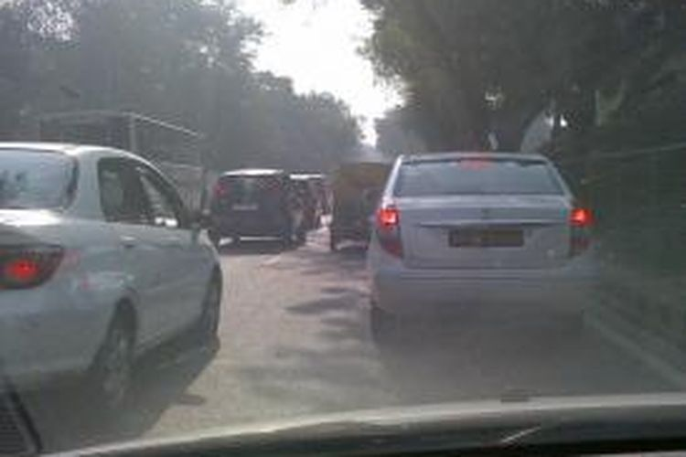 Situasi lalu lintas di salah satu ruas jalan di kota New Delhi, India.
