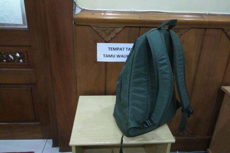 Tempat penitipan tas di depan Ruangan Walikota Solo, Selasa (26/9/2017)