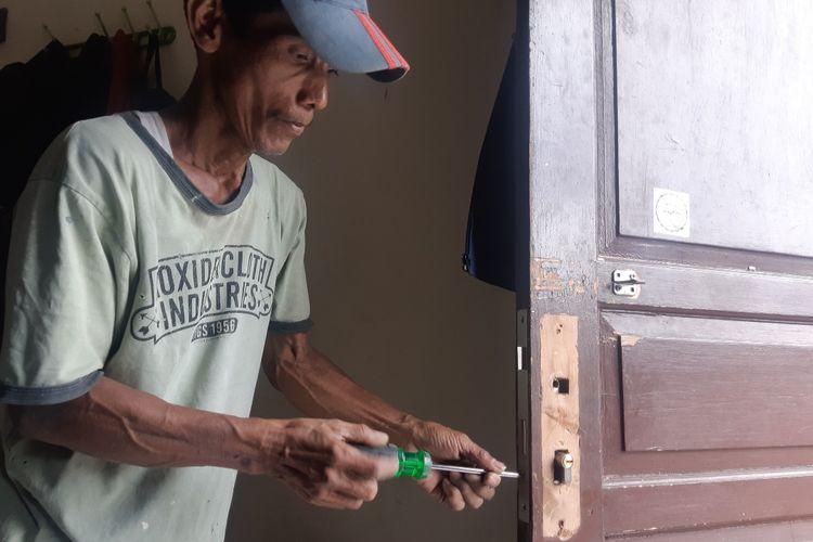 Mono saat mengganti gagang pintu