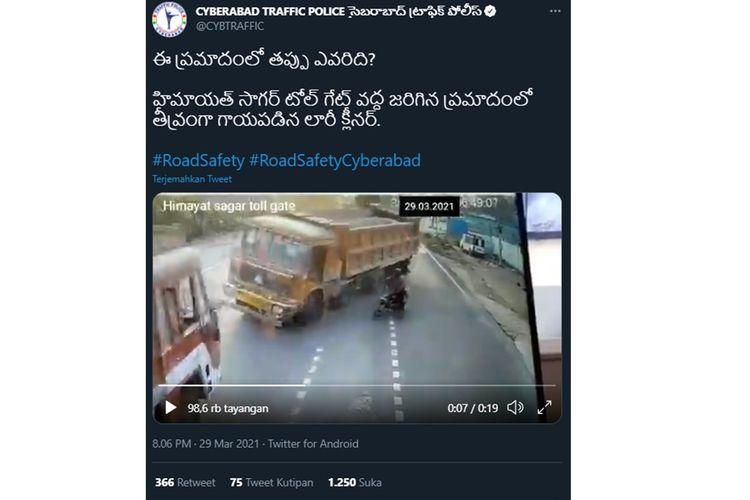 Tangkapan layar video viral dua truk beradu banteng setelah menghindari sepeda motor yang akan menyebrang.