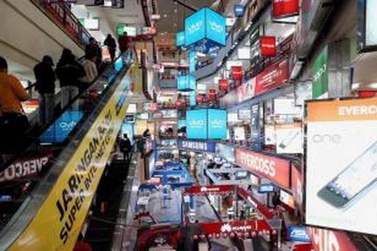 Suasana di ITC Roxy Mas, Jakarta Pusat, Senin (13/4). Kawasan Roxy terkenal sebagai pusat penjualan telepon seluler dan berbagai macam aksesorinya. / KOMPAS/PRIYOMBODO