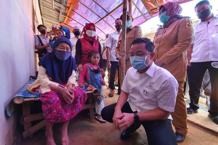 Menteri Sosial Juliari Batubara saat mengunjungi korban tanah longsor di Kecamatan Sukajaya Kabupaten Bogor, Jawa Barat, Senin (6/7/2020).